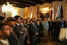 Uczestnicy spotkania stoją w sali