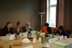 uczestnicy spotkania siedzą przy stole