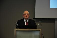 Dyrektor Jan Pastwa przemawia na mównicy.
