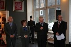 Dyrektor KSAP Jacek Czaputowicz mówi do mikrofonu obok stoją przedstawiciele Ministerstwa Spraw Zagranicznych