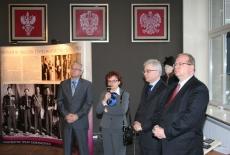Dyrektor KSAP oraz przedstawiciele ministerstwa Spraw Zagranicznych stoją na tle baneru Pani mówi do mikrofonu