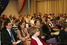 uczestnicy konferencji siedzą na auli