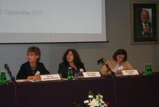 Prelegenci seminarium siedzą przy stole