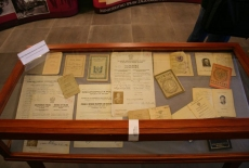 Jedna z gablot wystawy w środku znajdują się dokumenty