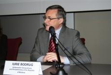 Przy stole prezydialnym przemawia siedzą Ambasador Mołdawii.