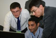 Trzech panów szkoli sie przy komputerze