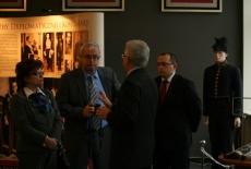Dyrektor KSAP Jacek Czaputowicz rozmawia z dwoma Panami i Panią