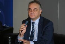 Waldemar Pawlak siedzi z mikrofonem.