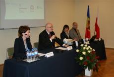 Przy stole prezydialnym siedzą od lewej: Katarzyna Woś, Dyrektor Jan Pastwa i dwie inne osoby.