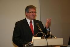 Bronisław Komorowski stoi na mównicy i przemawia