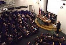 Widok na Aule z góry. widać uczestników siedzących i prowadzących siedzących przy stole