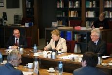 Od lewej przy stole siedzi Marek Haliniak zastępca dyrektora KSAP obok Pani Profesor Marii Gintowt – Jankowicz i Dyrektor Ksap Jacek Czaputowicz