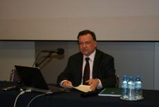 Adam Struzik siedzi przy stole prezydialnym i wygłasza wyklad.