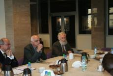 przedstawicieli urzędników rządu flamandzkiego siedza przy stole z Przedstawicielami KSAP i rozmawiają