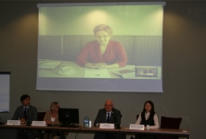 Przy stole prezydialnym siedzią: Marcin Sakowicz, Dorota Rosińska, Jan Pastwa, Małgorzata Sokołowska a za nimi Wyświetlona na rzutniku Pani Agnieszka Kaźmierczak Dyrektor ds. Koordynacji Audytu Wewnętrznego Komisji Europejskiej