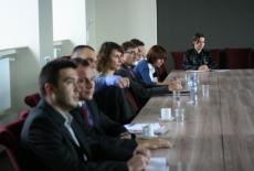Uczestnicy spotkania siedzą przy stołach