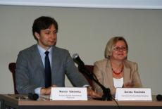Przy stole prezydialnym siedzią: Marcin Sakowicz KSAP i Dorota Rosińska KPRM