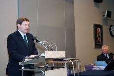 Pan Bénédict de Cerjat stoi przy mównicy i przemawia