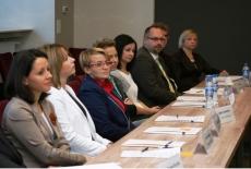 Uczestnicy studium siedziący przy stole