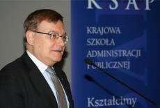 Minister Brodziński przemawia przy mikrofonie.