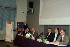 Dyrektor KSAP Jacek Czaputowicz przemawia na mównicy, obok przy stole prezydialnym siedzą prowadzący dyskusję