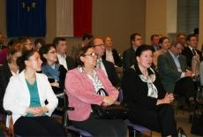 Uczesnicy spotkania siedzą na krzesłach w auli KSAP.