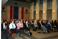 Widok na salę i siedzących na niej uczestników.