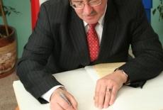 Bronisław Komorowski wpisuje się do księgi pamiątkowej