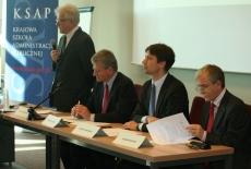 od lewej Dyrektor KSAP Jacek Czaputowicz mówi do mikrofonu obok siedzą, Bogusław Wind, Marcin Skowicz, Ryszard Rapacki