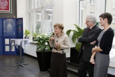 pani Minister Elżbieta Radziszewska stoi i mówi do mikrofonu obok stoi Dyrektor KSAP i Pani