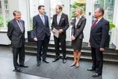 Ambasador stoi w hole KSAP z czterema osobami