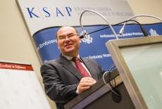 Marek Haliniak Zastępca Dyrektora KSAP stoi przy mównicy i przemawia