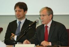 Ryszard Rapacki mówi do mikrofonu obok siedzi Marcin Sakowicz