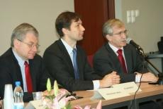 Ryszard Rapacki mówi do mikrofonu obok siedzą Marcin Sakowicz i Bogusław Wind