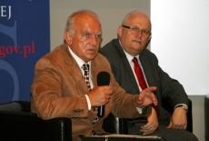 Janusz Hryniewicz (EUROREG, Uniwersytet Warszawski) mówi przez mikrofon, obok siedzi Dyrektor KSAP Jan Pastwa