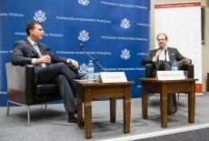 Ambasador USA siedzi w fotelu obok siedzi Pan Porwadzący