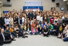 Zdjęcie grupowe uczestników w auli