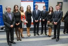 Zdjęcie grupowe Ambasadora USA i uczestników