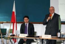 Od lewej: dr Marcin Sakowicz a obok Dyrektor KSAP Jan pastwa mówi do mikrofonu
