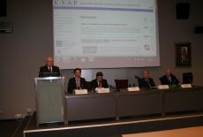 Dyrektor Jan Pastwa przemawia na mównicy, obok za stołem prezydialnym prowadzący Studium