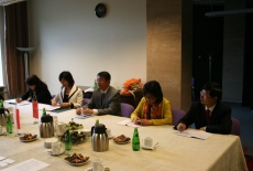 Przedstawiciele delegacji siedzą przy stole