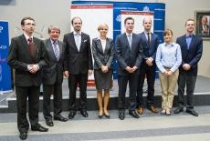 Zdjęcie grupowe Ambasadora USA i prowadzących spotkanie