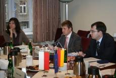 Troje uczestników spotkania siedzi przy stole
