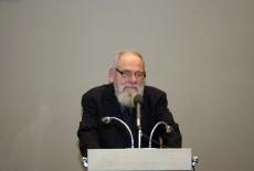 prof. Bohdan Cywiński stoi przy mównicy i przemawia