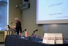 Daniel Guéguen stoi przy mównicy i przemawia