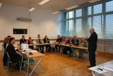Uczestnicy seminarium siedzą w ławkach Dyrektor KSAP stoi na środku i przemawia