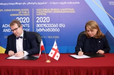 dyrektor KSAP i dyrektor gruzińskiej szkoły podpisują umowę