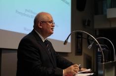 Dyrektor Jan Pastwa przemawia na mównicy