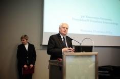 Dyrektor Jan Pastwa przemawia na mównicy za nim stoi kobieta