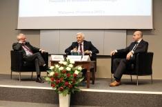 Mirosław Stec, Jerzy Buzek i Kazimierz Marcinkiewicz siedzą i fotelach i romawiają
